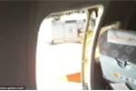 Clip: Máy bay hỏng điều hòa, khách mở cửa thoát hiểm hóng gió