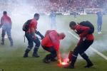 CĐV Croatia ném pháo sáng, lao vào đánh lẫn nhau
