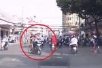 Clip: Chở hai con nhỏ tạt đầu ôtô, chỉ tay vào mặt tài xế