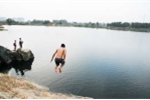 Ảnh: Bất chấp nguy hiểm, người dân vẫn xé rào vào hồ '2 tuần 3 người chết đuối'