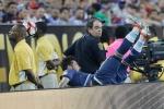 Va biển quảng cáo, đồng đội Messi ngã gãy khuỷu tay