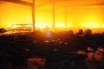 Hoả hoạn lớn trong đêm, cả khu nhà xưởng chìm trong biển lửa