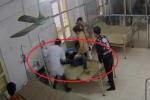 Clip: Đang thăm khám, bác sỹ trẻ bị bệnh nhân đạp thẳng bụng