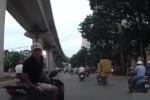 Chạy sai làn, thanh niên đi xe SH còn đạp gãy gương ô tô sau va chạm