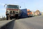 Đi trên đại lộ nghìn tỷ sụt lún, xe đầu kéo rơi thùng container xuống đường
