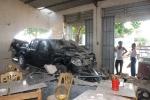 Ô tô con mất lái bay trên không, tông sập tường nhà dân