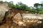Tảng đá khổng lồ chôn lấp 4 người dưới vực