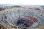 Cận cảnh mỏ kim cương bỏ hoang như hố sâu do thiên thạch lao xuống mặt đất