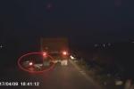 Vượt ẩu, nam thanh niên thoát chết trong gang tấc dưới gầm xe tải