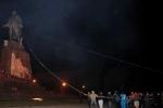 Những kẻ cực đoan Ukraine phá huỷ bức tượng Lenin cuối cùng