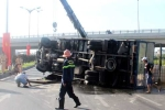 Ô tô tải lật nhào, hoá chất tràn lênh láng ra đường