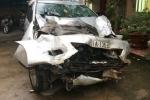 Bị CSGT truy đuổi, ô tô nổ lốp, tông sập đình