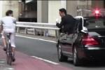 Cận vệ đoàn hộ tống Thủ tướng Nhật Bản cúi đầu xin lỗi người đi xe đạp