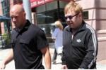 Elton John 'chi đậm' để thắng kiện quấy rối tình dục