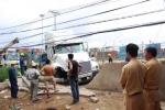 'Hung thần' container đâm gãy trụ điện, sập tường nhà dân
