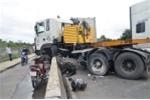 Container cày nát dải phân cách, giao thông trên cầu Phú Mỹ 'tê liệt'