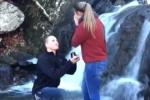 Cầu hôn lãng mạn bên thác, cặp đôi đen đủi đánh rơi luôn nhẫn xuống nước