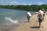Cá sấu đói cướp cá mập của ngư dân và cái kết đắng
