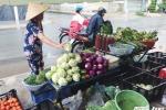 'Làm giá' rau xanh, người dân Sài Gòn đang bị... móc túi