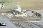 Video: Lũ quét cuốn trôi người ở Điện Biên