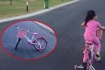 Con gái Công Vinh - Thủy Tiên mê phim hoạt hình, bỏ xe đạp giữa đường