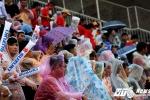 Người hâm mộ đội mưa chờ U22 Việt Nam quyết đấu Hàn Quốc