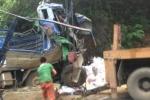 Ô tô đâm vào vách núi, 3 người thương vong
