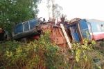 Ảnh: Cưa đôi thân tàu đưa thi thể nhân viên đường sắt mắc kẹt ra ngoài