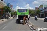Xe buýt húc đổ dải phân cách, hàng chục hành khách hoảng loạn