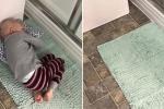 Bức ảnh cậu bé ung thư nằm trên thảm để gần mẹ phút cuối đời khiến dân mạng rơi lệ