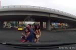 Thanh niên đầu trần chở 3 'chân dài', suýt tông vào đầu ôtô vẫn cười cợt