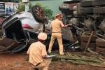 Xe 7 chỗ tông xe container rồi cùng lật ngửa, 6 người bị thương nặng