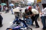 Hai thanh niên dí dao, cướp xe ôm ở Sài Gòn
