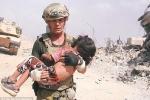 Video: Cựu binh Mỹ liều mình băng qua làn đạn cứu bé gái 5 tuổi