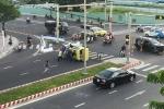Taxi lật nhào sau va chạm ô tô, dân hợp sức cứu tài xế mắc kẹt