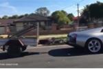 Siêu xe Lamborghini hơn 11 tỷ kéo toa moóc chở dê trên phố gây xôn xao