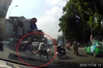 Cô gái nhảy lên xe bạn giữa đường, suýt bị ôtô tông