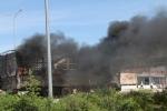 Thót tim xem tài xế điều khiển xe tải bốc cháy ngùn ngụt tránh dây điện cao thế