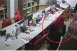 Clip kẻ gian trùm kín mặt, đột nhập công ty trộm laptop lúc rạng sáng