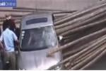 Xe tải chở luồng phanh gấp, luồng xuyên thủng xe con