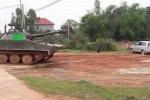 Xe Innova méo xẹo sau cú va chạm với xe tăng ở Vĩnh Phúc