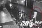 Video: Kẻ gian ngang nhiên vào nhà dân trộm xe máy