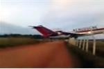 Clip: Máy bay Boeing chạy quá đường băng, đâm xuống cánh đồng nổ tung