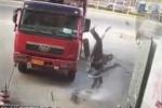 Clip: Lốp xe tải phát nổ, hất bay người đàn ông lên trời