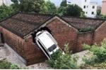 Kỳ lạ ngôi nhà thờ họ 4 lần bị ô tô tông thủng tường