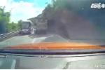 Vượt ẩu, xe máy bị 2 ôtô 'kẹp chả' suýt mất mạng trên đèo Bảo Lộc