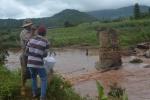 Cầu bị cuốn trôi cô lập 100 hộ dân, phải dùng dây cáp tiếp tế lương thực
