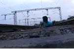 Liều lĩnh nằm dưới đường ray cho tàu hỏa chạy qua