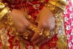 Cô dâu hớn hở khoe ảnh đeo 1kg vàng trên người