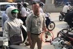 Video: Đâm vào xe máy, tài xế 'ăn vạ' bất thành, ném chìa khoá của phụ nữ